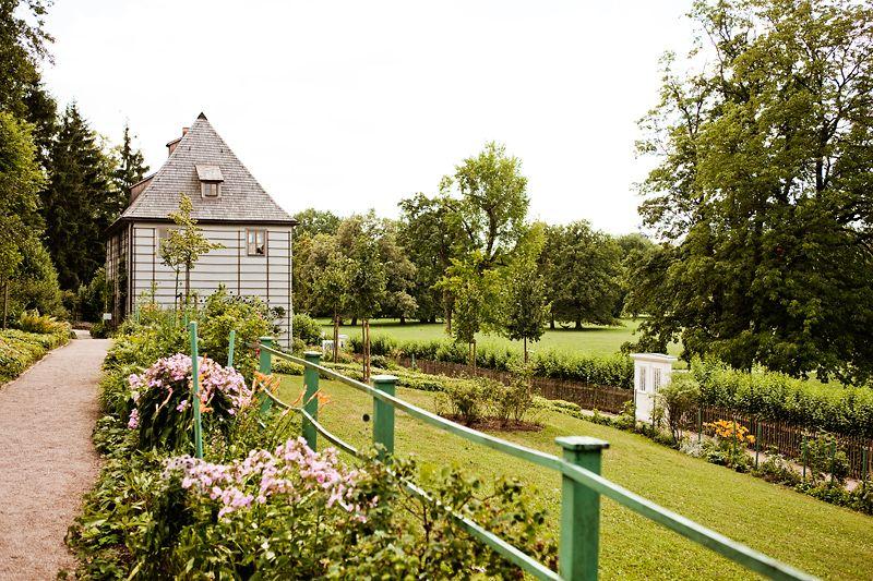 Blick aus dem Garten auf Gothes Gartenhaus Goethes