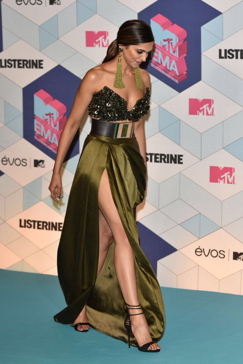 Deepika Padukone Slayed And Made Us Proud When She Walked The Red Carpet And Presented At The Mtvem Bollywood Fashion Bollywood Celebrities Indian Celebrities