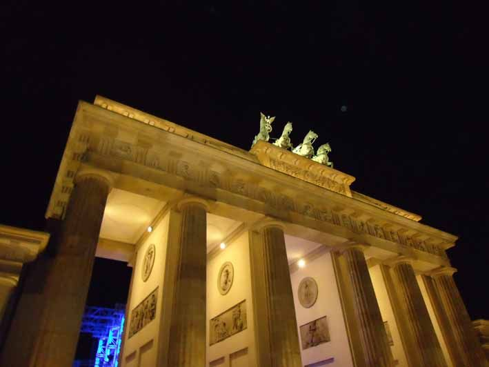 The famous Brandenburger Tor, a monument that was part of so many historical events of Germany and Europe.  Napoleon marched thru it, the Prussians and Bismarck marched thru it, the Nazis marched thru, the communists marched thru and the happy Germans at the fall of the berlin-wall marched thru it. It´s the symbol of the german and european unification.