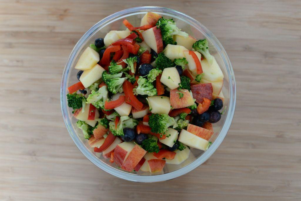 Broccolisalat med blåbær og æble