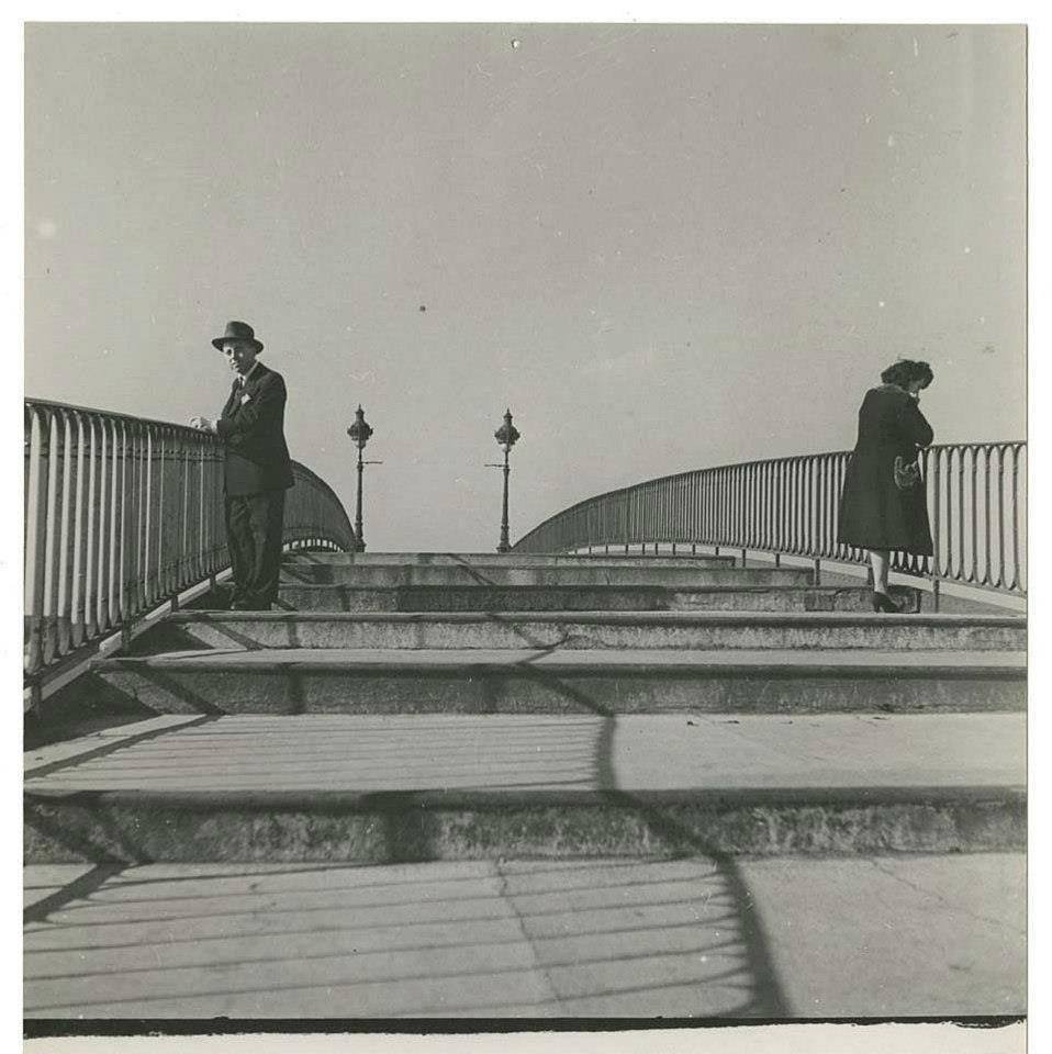 Marcel Carné sur la passerelle de l'Hôtel du Nord 1938 / Photo par Alexandre Trauner / Repérages pour le tournage d'Hôtel du Nord