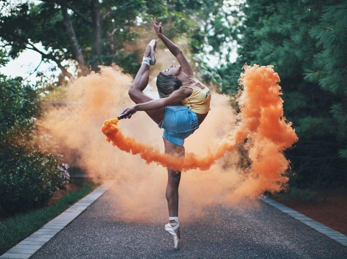 Девушка смешно танцует в инстаграм