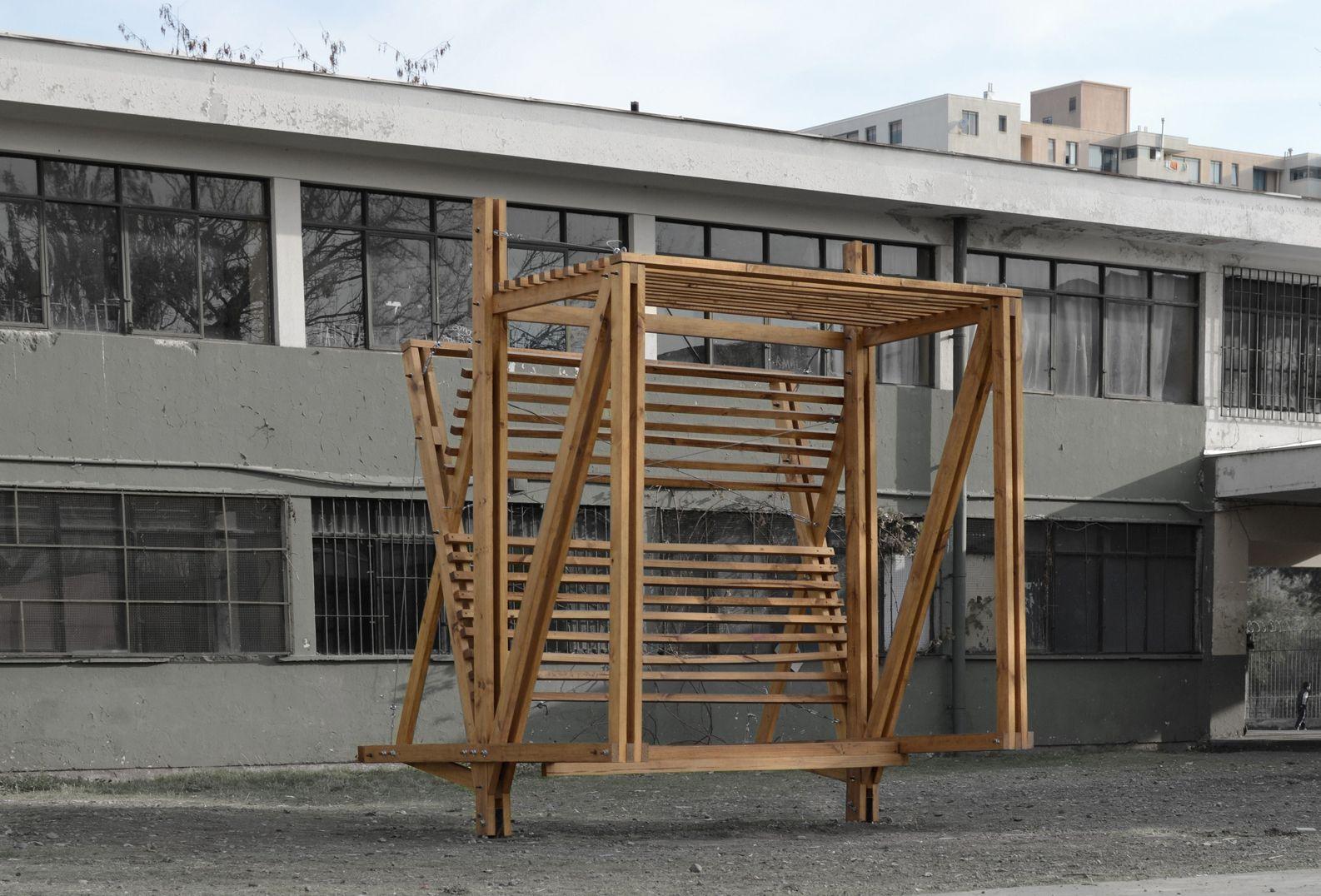 Ejercicio y aporte a la ciudad: estudiantes diseñan paradero de buses en madera