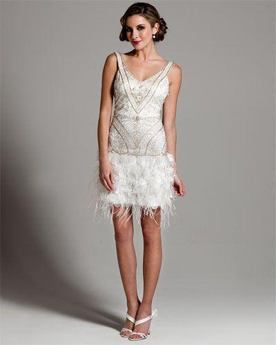 vestido de novia corto, con plumas y pedrería, ideal para una boda