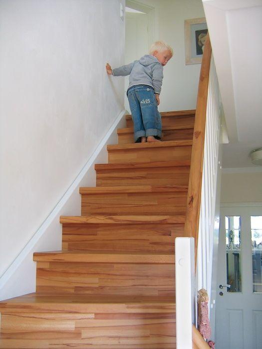 Treppen In Massivholz Echtholzfurniere Oder Eine Betontreppe Mit - Wendeltreppe fliesen anleitung