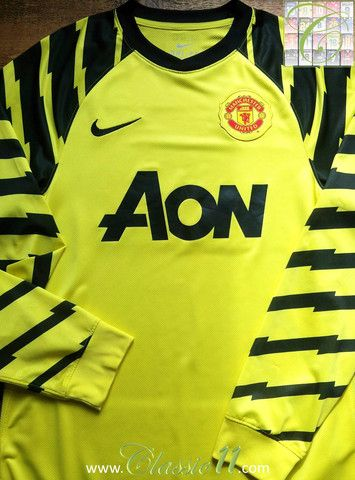 4bc8e4f4014 Relive Manchester United's 2010/2011 season with this vintage Nike  goalkeeper football shirt.