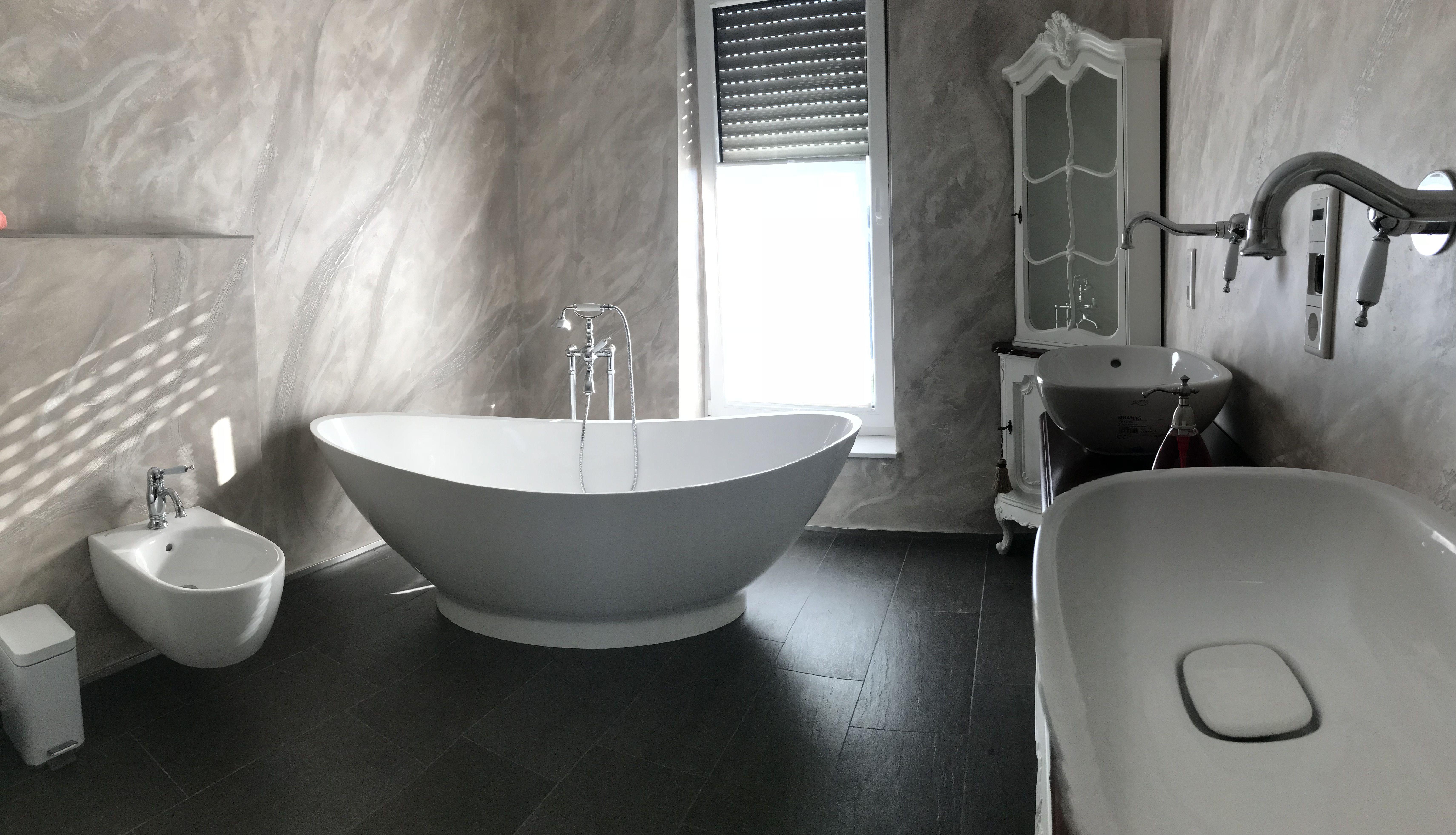Badezimmer ideen dunkle holzböden freistehende badewanne como aus mineralguss  weiß matt oder