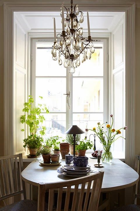 Springlike kitchen with lovely Gustavian chairs and a gateleg table.