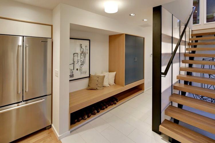 Awesome kleiner Schrank und Sitzbank mit Schuhfach aus Holz in der Nische eingebaut