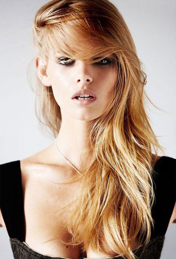 Melena Rubia Con Flequillo Hacia El Lado Peinados Rubia Melena