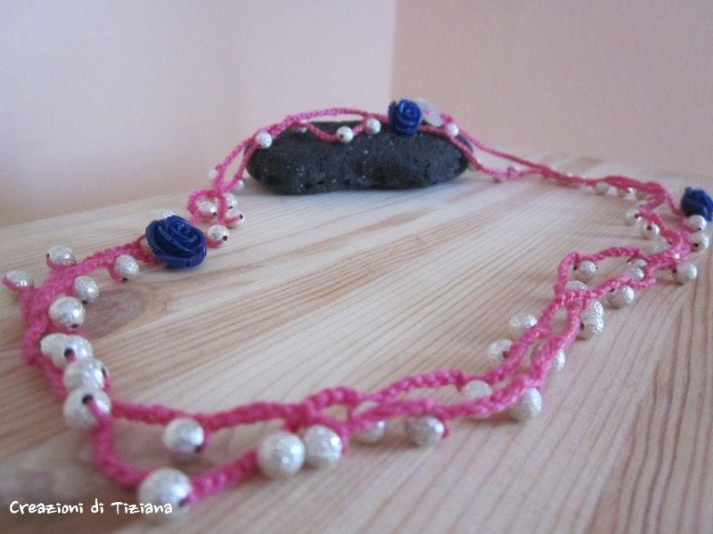 Collana all'uncinetto con filo pink con sfere in metallo e rose in resina blu