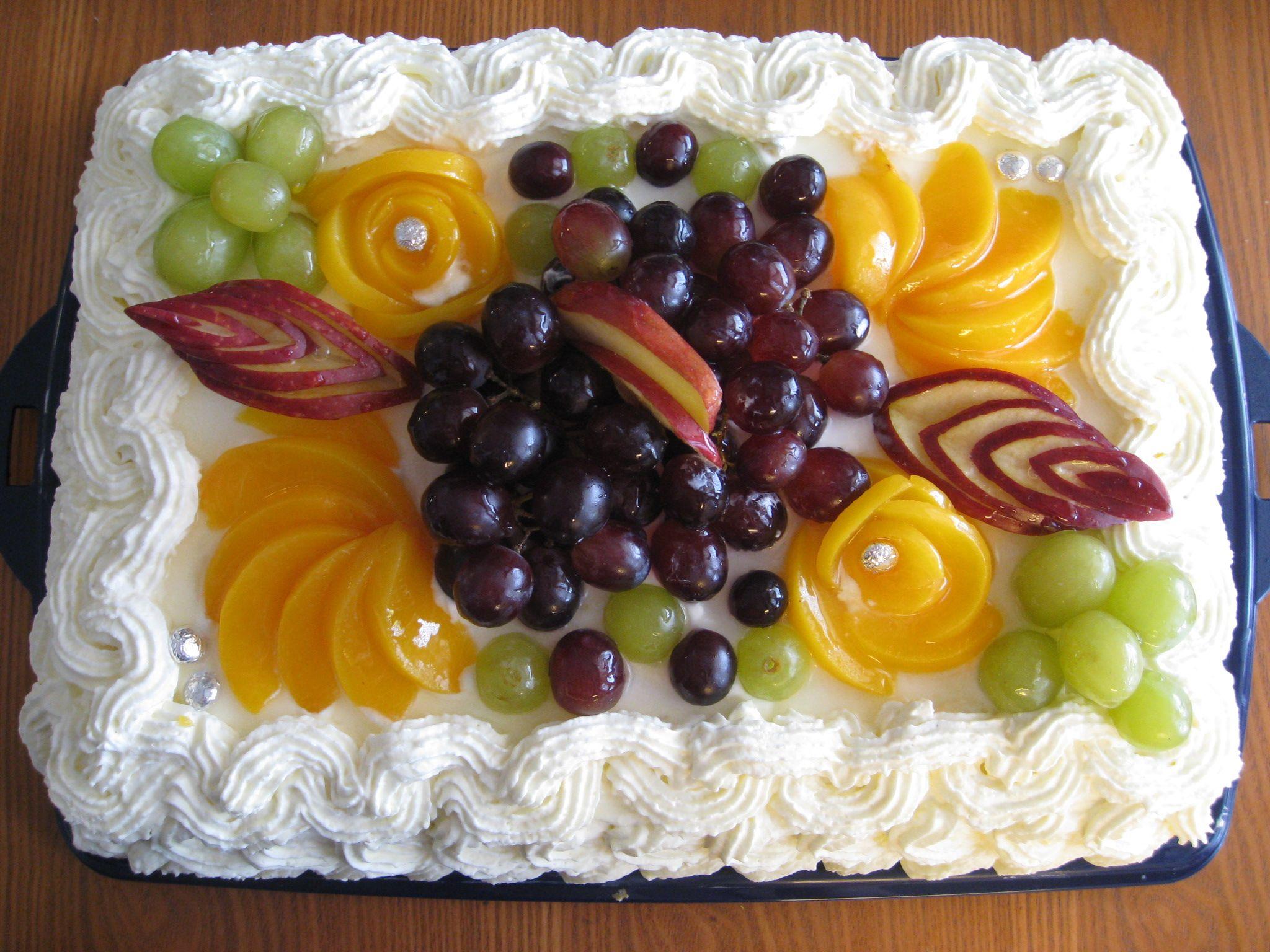 Hedelmillä koristeltu kakku