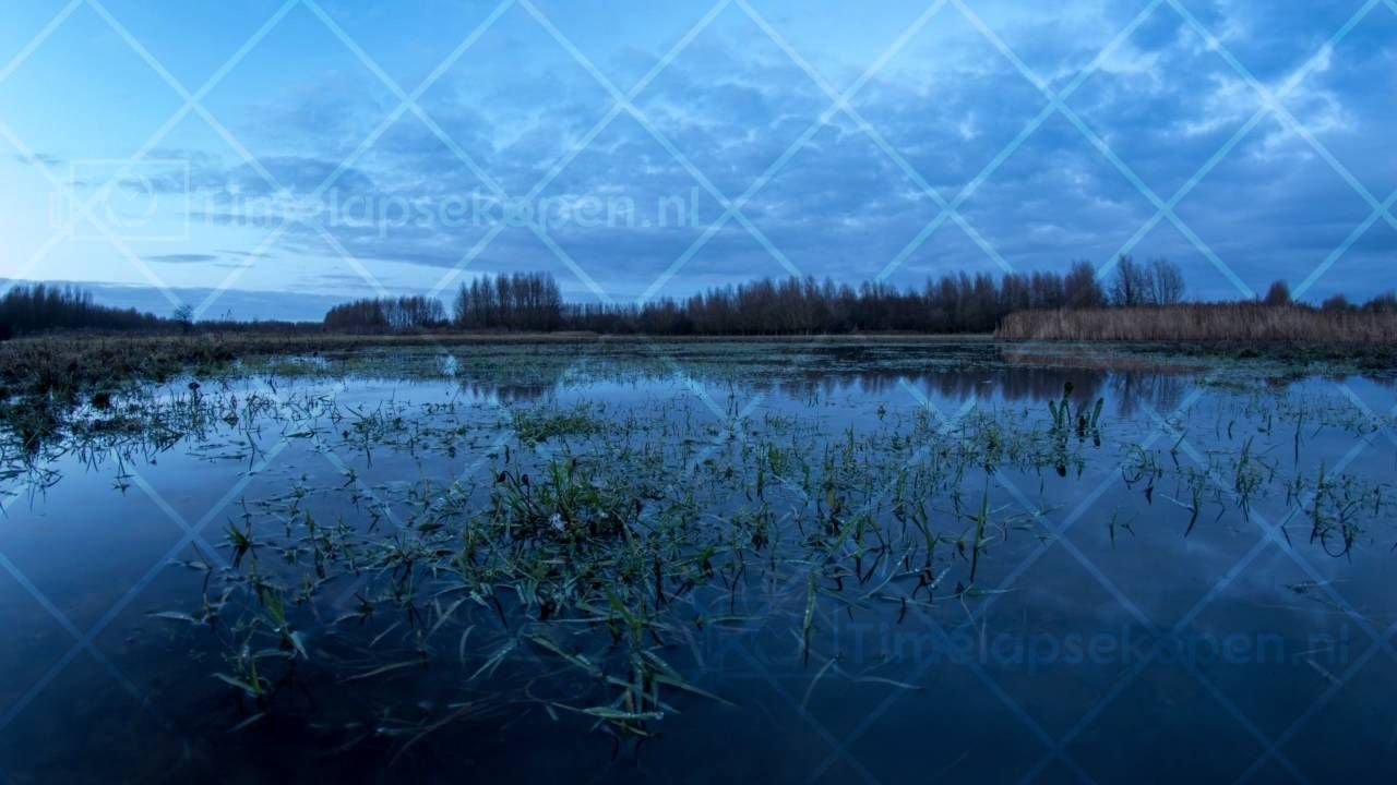 Stillekern water reflectie wolken