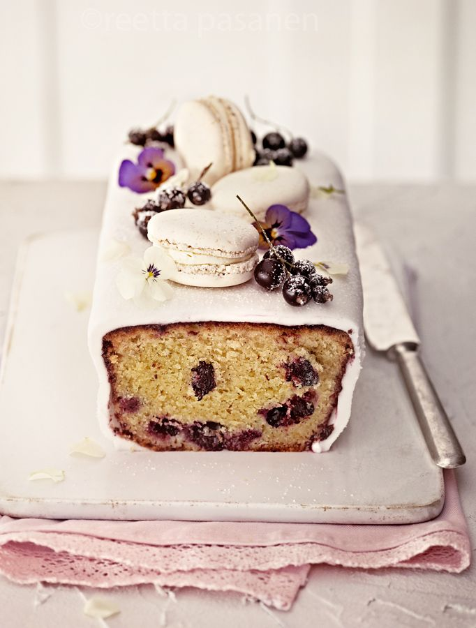 Blueberry, sour cream and lemon cake with white chocolate macaroons