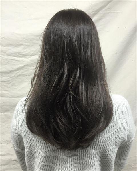 流行の髪色アイスグレーのヘアカラーサンプル画像5 ヘアスタイル ロング 髪 色 ヘアカラー
