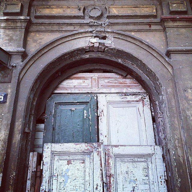 Дверей много не бывает. Подсмотрено  в Ростове-на-Дону. Фото Георгий Малец. #DoorsBrothers #loft #лофт #двериназаказ #дизайндверей #doorporn