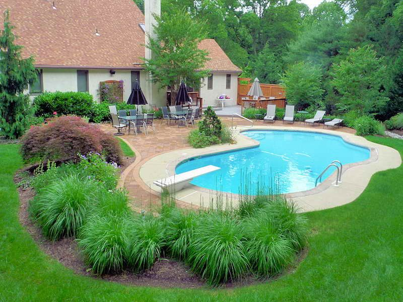 Diy pool landscaping how to decorate swimming pool for Pool landscaping pictures