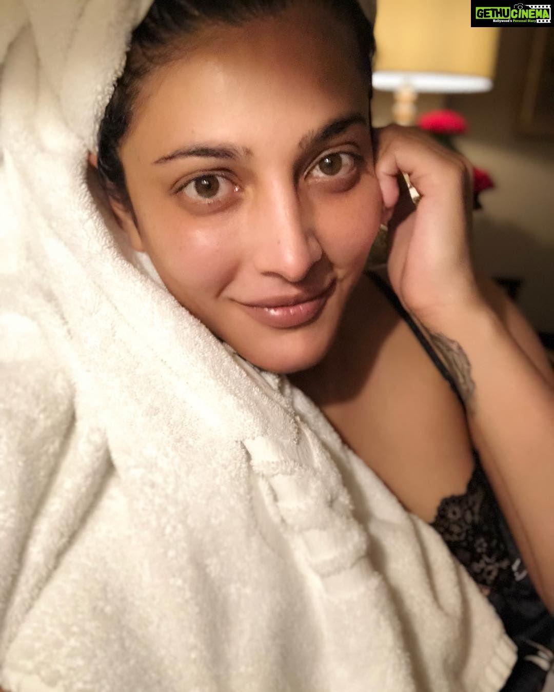 Shruti Haasan after bath towel glamour Actress Shruti Haasan 2018 Latest  Social Media HD Gallery 980444107d