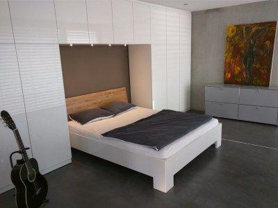 gro er wei er einbauschrank im schlafzimmer mit einer aussparung f r das kopfende des bettes. Black Bedroom Furniture Sets. Home Design Ideas