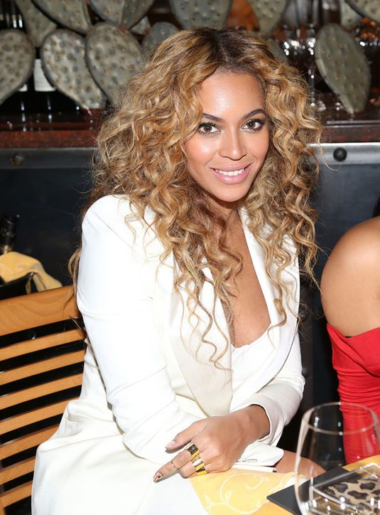 Beyonce rocking natural-looking makeup and curls