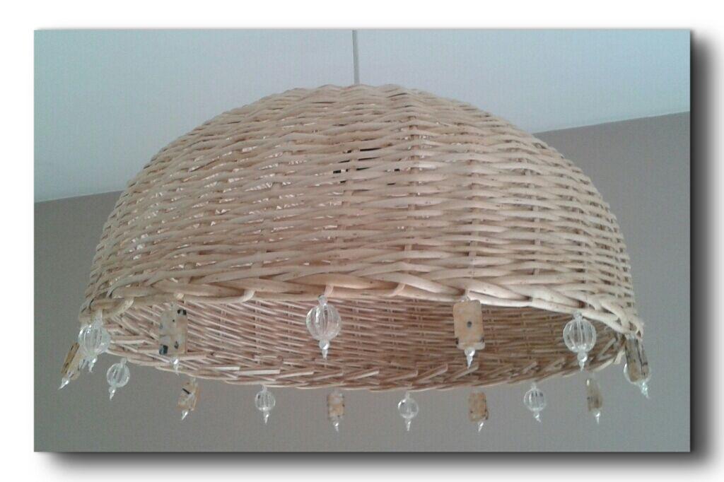 lampara de mimbre con aplique de cuentas de acrilico