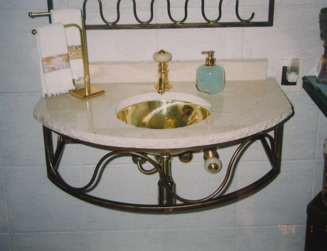 Bancada criada em ferro e mármore na reforma de banheiro