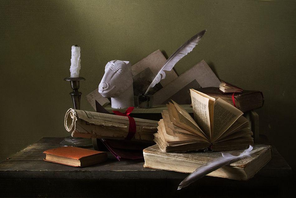 фото с пером и книгой интимные фото