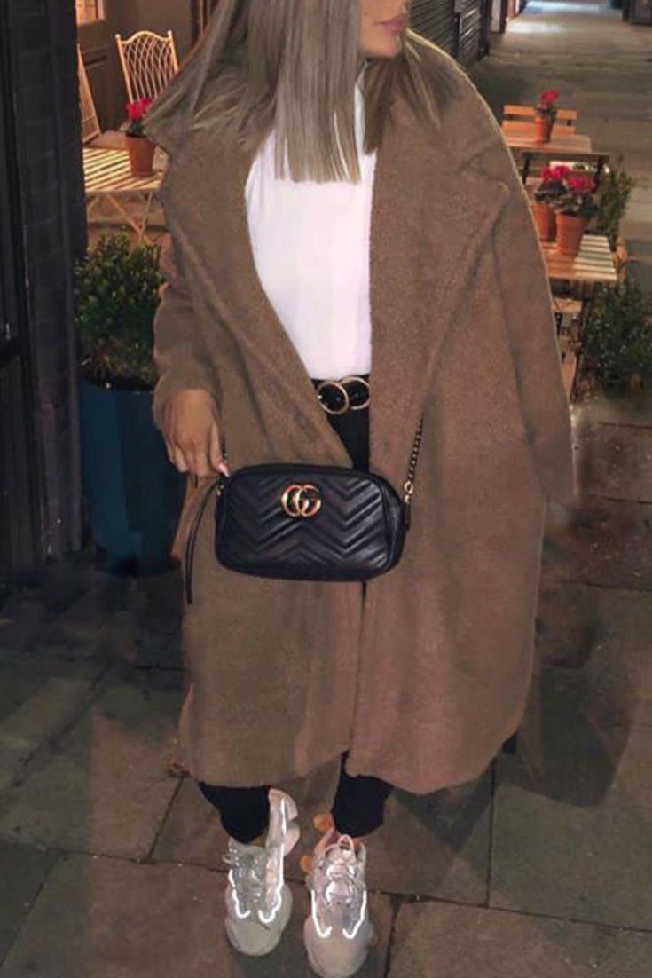 f2e3905b94e Mode femme tendance automne hiver avec un manteau en peluche tout doux et  des Yeezy
