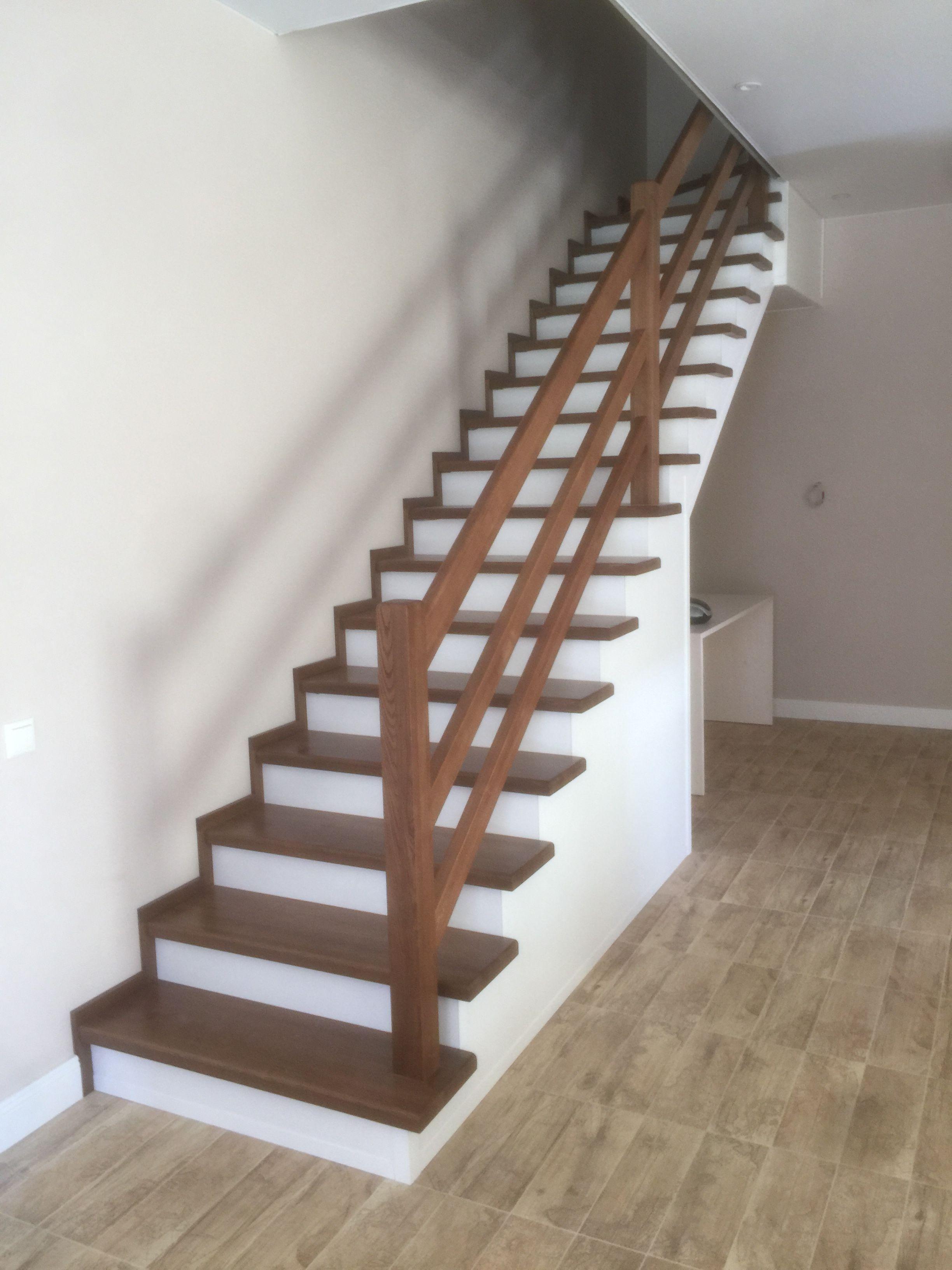 Лестница из ясеня на металлическом каркасе