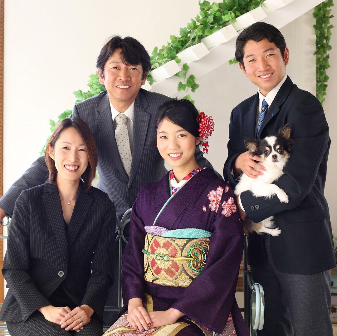 こっち向いて ワン 可愛いワンちゃんも大切な家族の一員 成人式の前撮りでペットと一緒に家族写真を撮影されるお客様が増えています 創寫館 きものやまなか ペットと家族写真 ペットは家族 メイちゃん