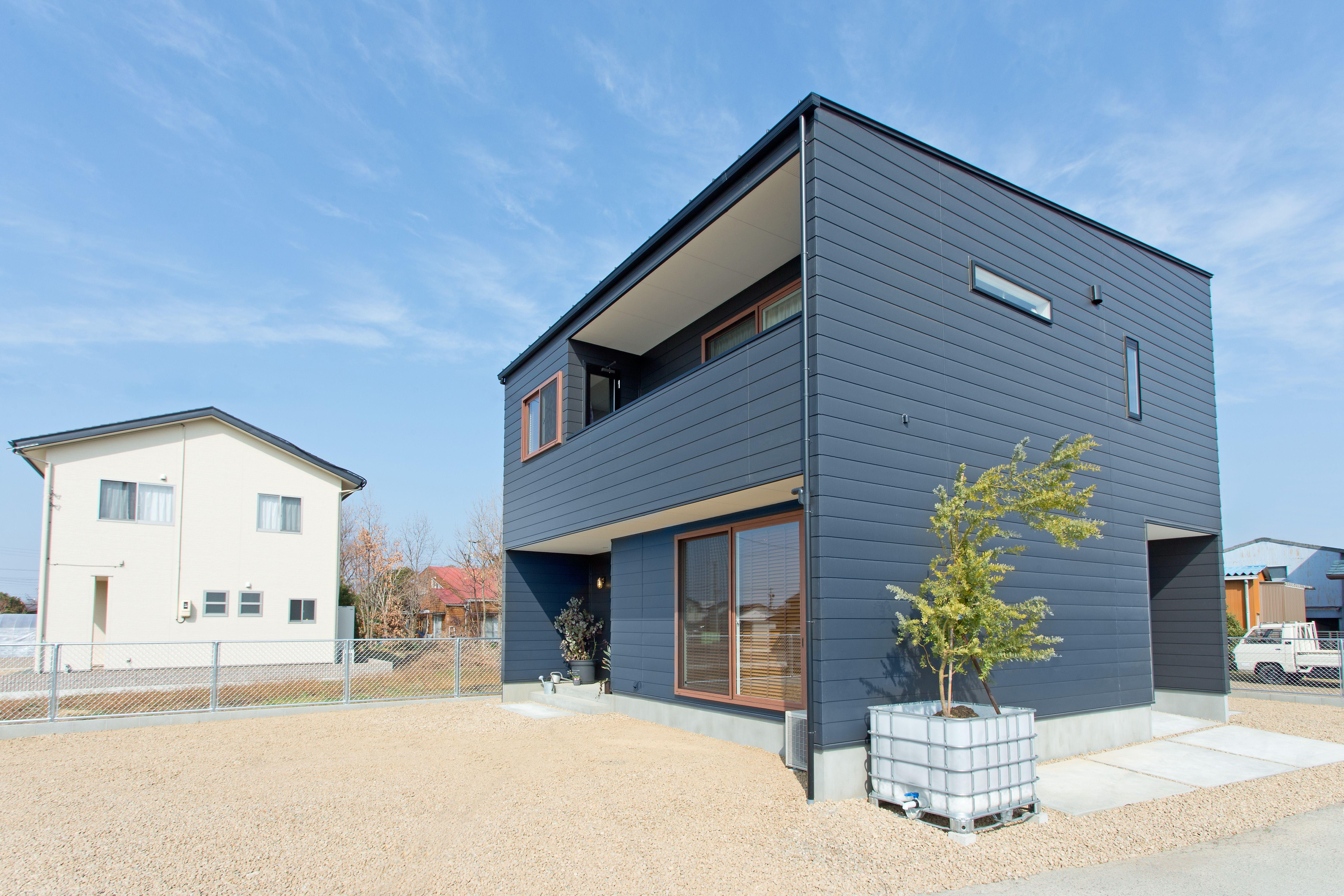 ガルバリウム鋼板の外壁に木目調サッシが映えるデザインです 外構