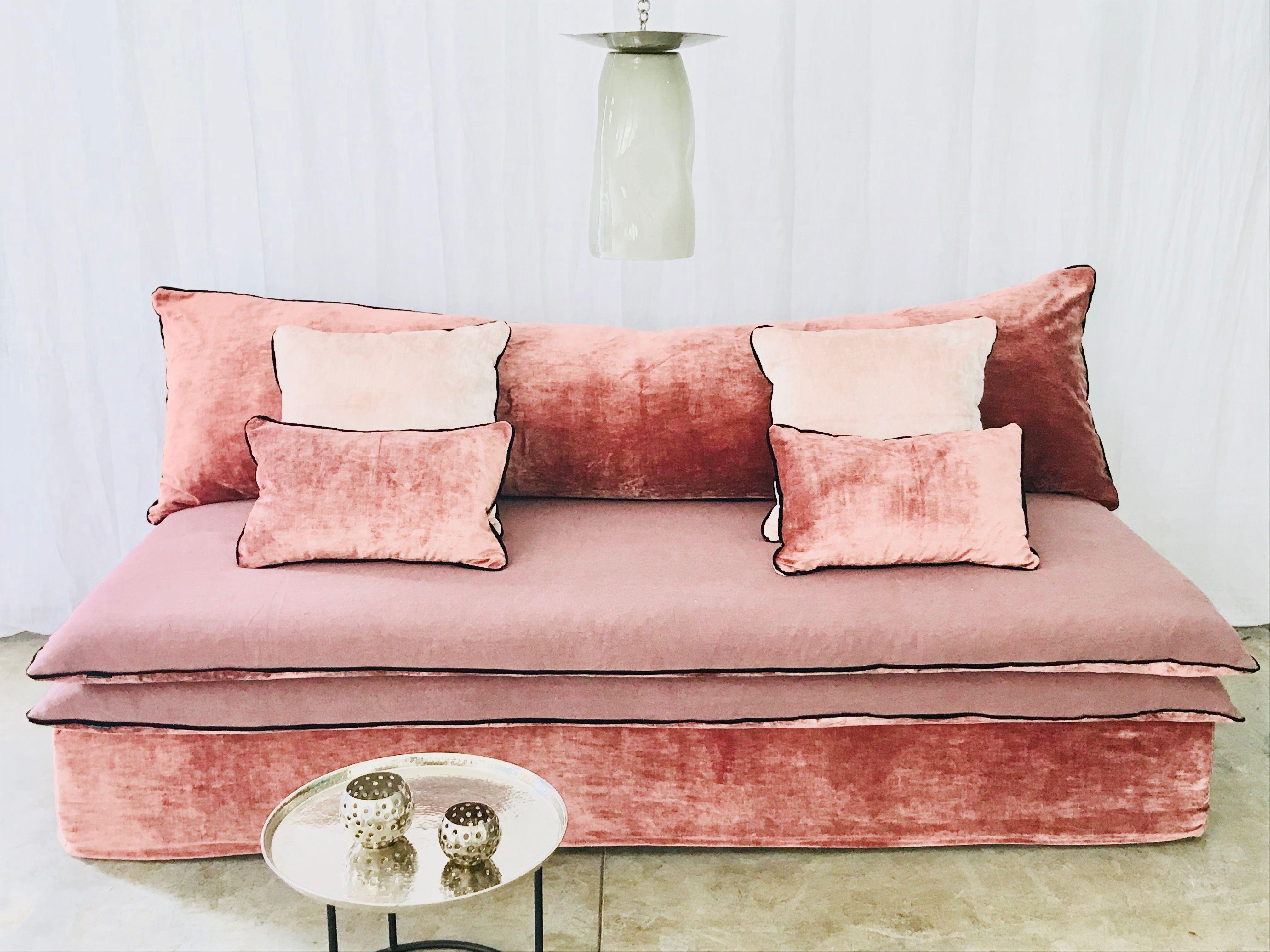 Canape Mille Et Une Nuit Velours Tsar Rouge Corail Et Lin Lave Decoration Interieure Decoration Maison Mobilier De Salon