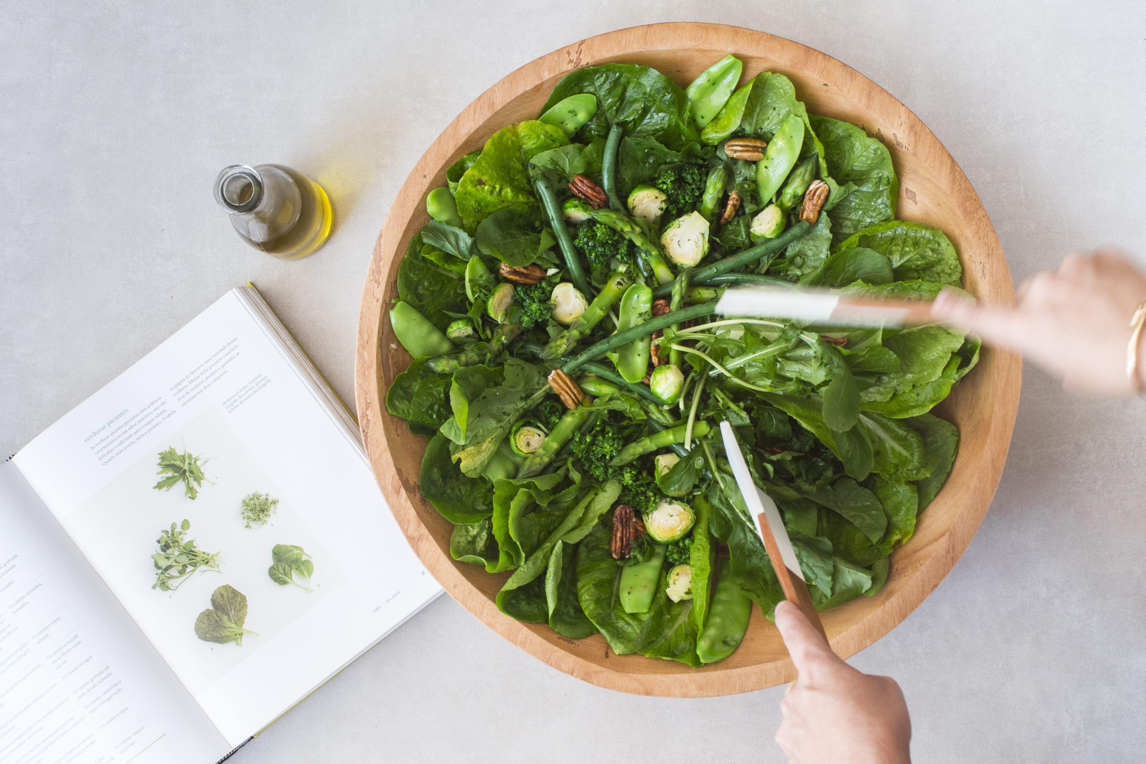 Salada verde com brócolis, vagem francesa, aspargos, ervilha, espinafre,  alface e couve de bruxelas. Criação de Pedro B… | Couve de bruxelas, Salada  verde, Aspargos