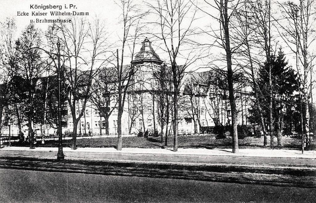 Der Kaiser-Wilhelm-Damm wurde 1918 in Hansaring umbenannt, Er führte vom Hansaplatz beim Nordbahnhof in die westliche Richtung und mündete beim Schauspielhaus in die Hufenallee. Die Brahmsstraße (heute ul. Bramsa / ул. Брамса) verläuft in nord-südlicher Richtung. Foto 1910.