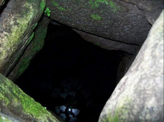 Nuraghe Santu Antine di Torralba: l'imboccatura del pozzo della torre settentrionale, scoperto negli scavi del 2005 (1).  Secondo gli autori il pozzo venne fornito di ghiera in muratura durante la fase di abbandono nel Bronzo Finale/Primo Ferro. Immagine da questo sito.