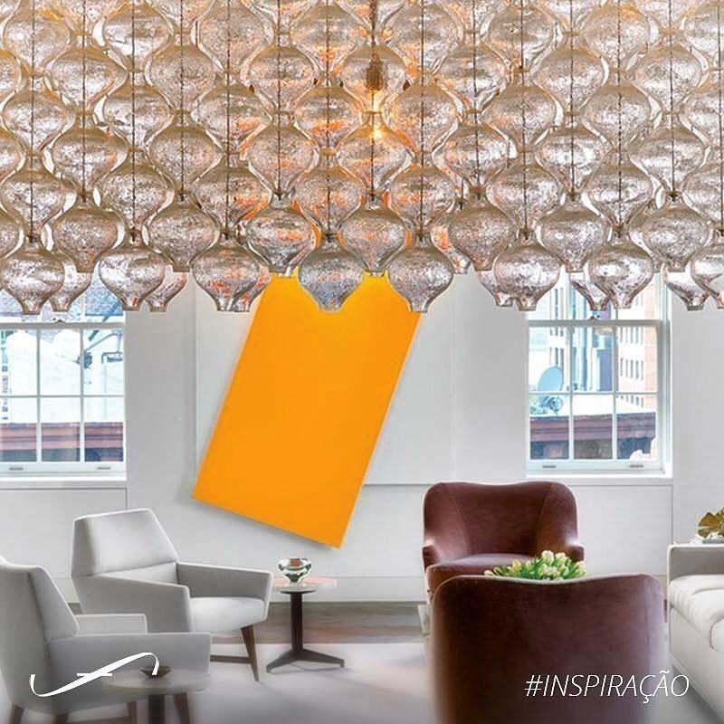 Esse estiloso apartamento em Nova Iorque abriga esse singular lustre do designer J.T. Kalmar que domina e o espaço e encanta a sala de jantar. by susanaclarkfiuza