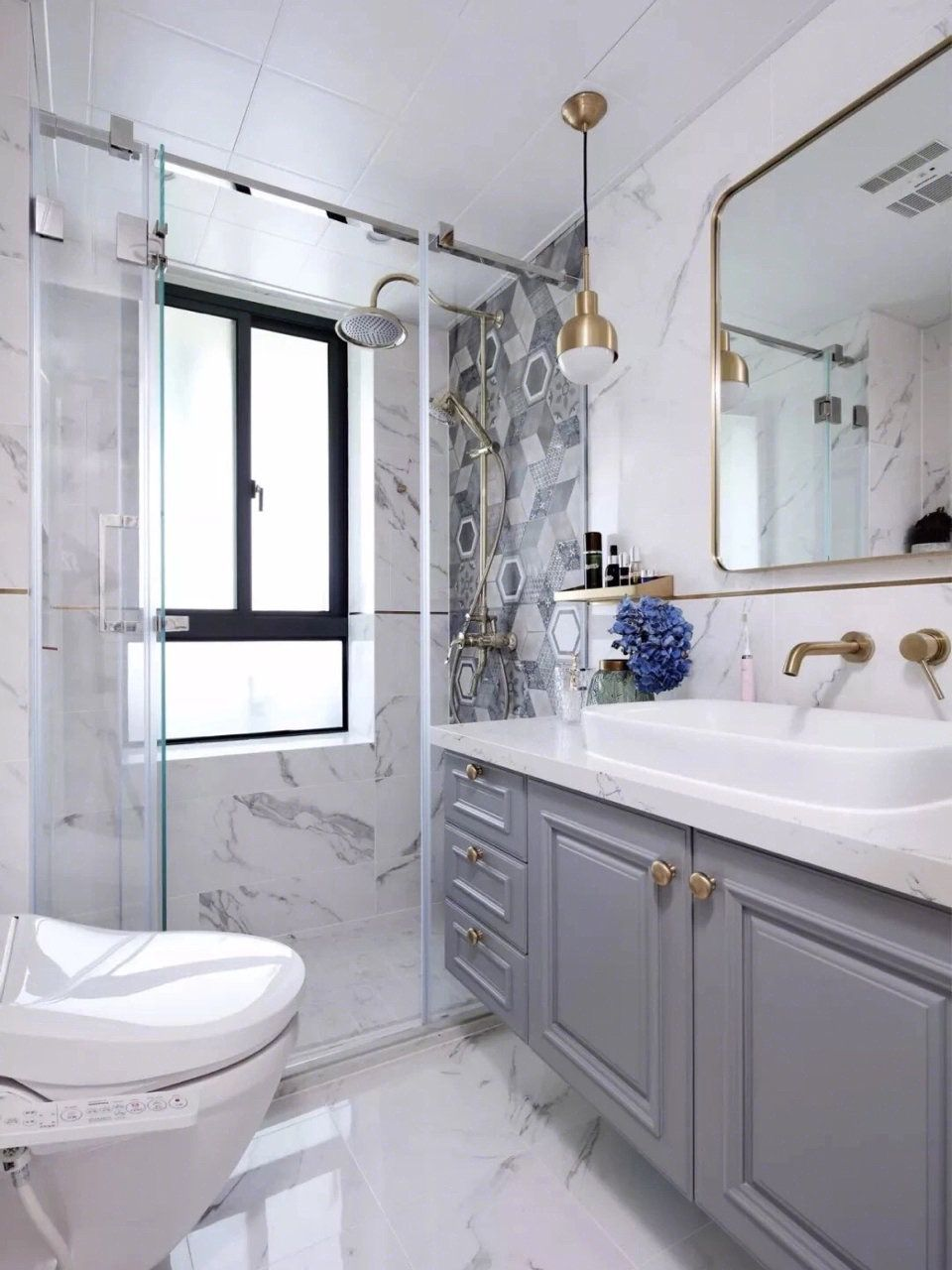Don T Know How To Decorate A Modern Bathroom Don T Worry These Interior Decor Tips Will Help Yo In 2020 Modern Master Bathroom Bathroom Design Modern Bathroom Design