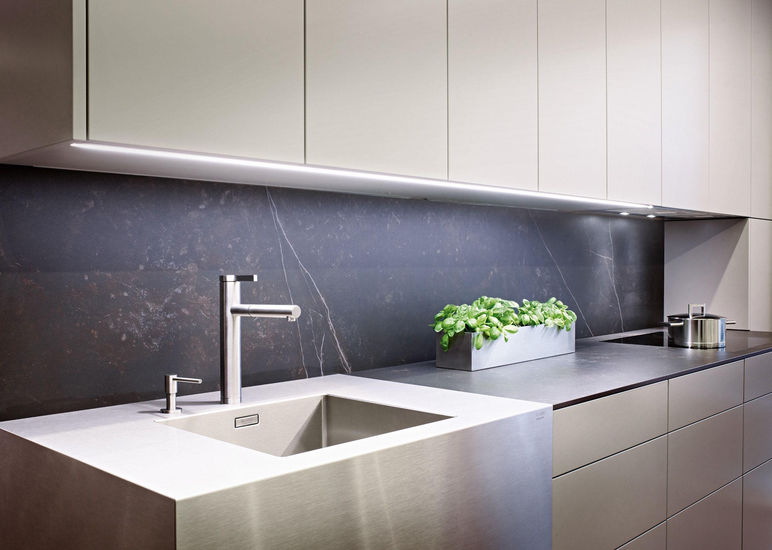 Schlicht! Grau lackierte Küche mit Keramikplatte und Edelstahl