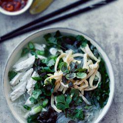 Bún thang hà nội. Rosół po wietnamsku - zupa z kurczakiem, makaronem sojowym i omletem