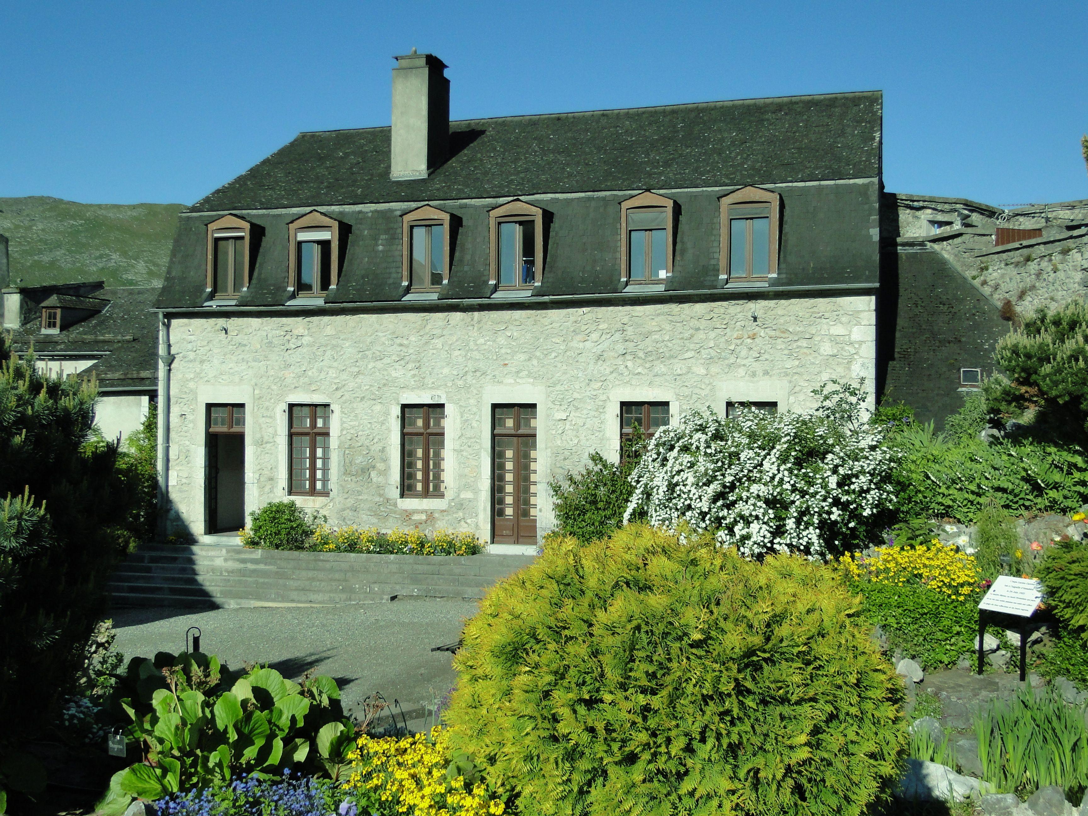 La Cour Du Chateau Fort De Lourdes Chateau Fort Monuments Historiques Jardin Botanique