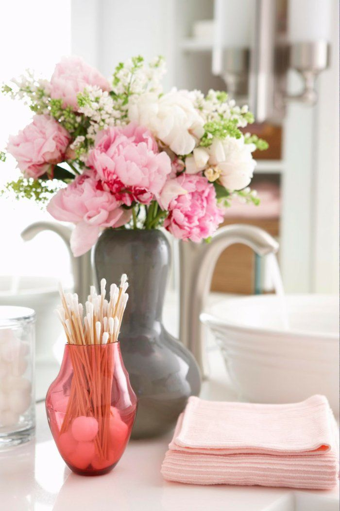 blumen tischdeko badezimmer dekorieren rosanuancen Dekoration