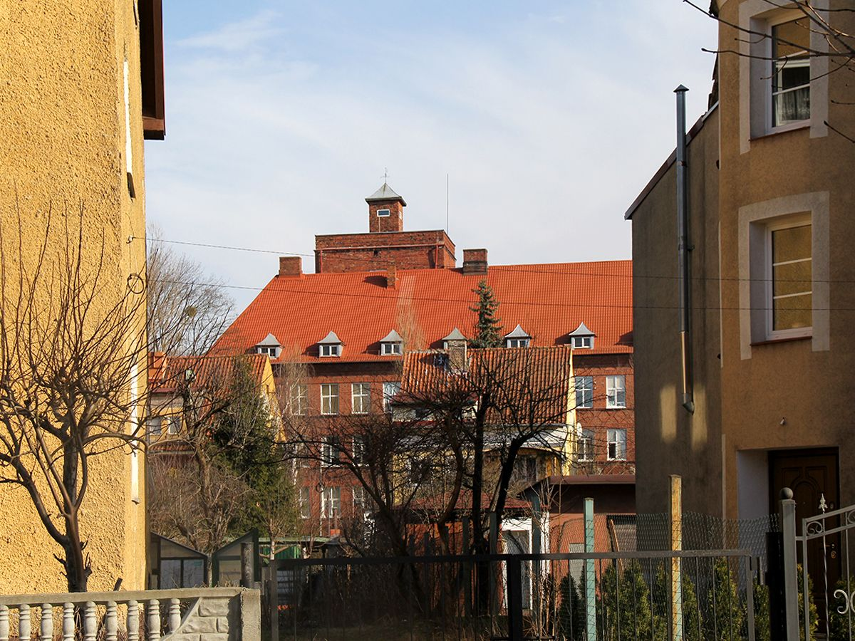 Вид на гимназию с соседней улицы
