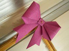 Con papel se pueden llegar a hacer grandes obras de arte, el origami es una técnica mediante la cual creas objetos doblando el papel. Hoy te enseñamos a hacer moños para realzar cualquier rincón de tu casamiento.