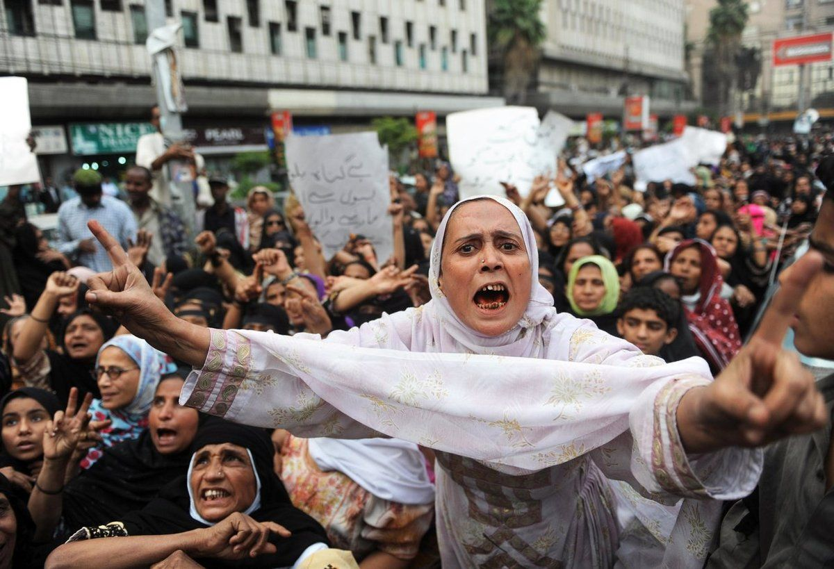 Manifestantes pakistaníes de Lyari, un barrio muy pobre de Karachi, gritan eslóganes el 11 de enero de 2010 contra una operación llevada a la cabo por las fuerzas de seguridad. Miles de personas salieron a las calles de la capital financiera de Pakistán, Karachi, para protestar por la muerte de decenas de personas en una ola de violencia policial.