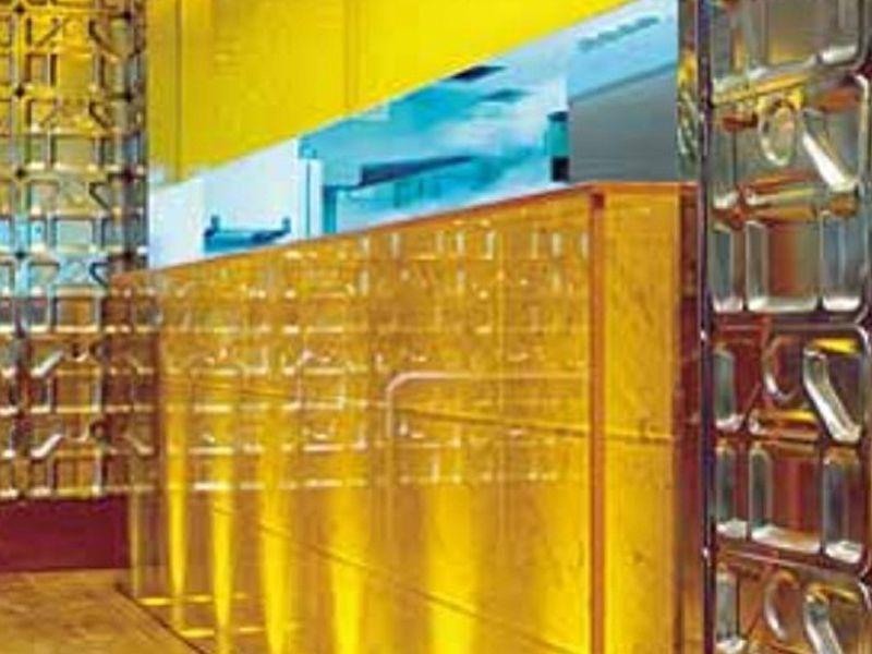 #criatividademáxima !! O Restaurante - Arq. Kiko Salomão, SP, utiliza bandejas em inox como revestimento de paredes!!