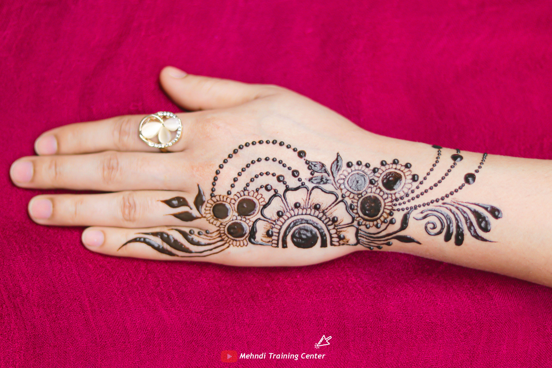 نقش الحناء تعليم نقش الحناء خطوه بخطوة للمبتدئين طريقه جديده وسهله في الحناء نقش الحناء 2020 Henna Leg Tattoo Traditional Tattoo Flash Geometric Tattoo Arm