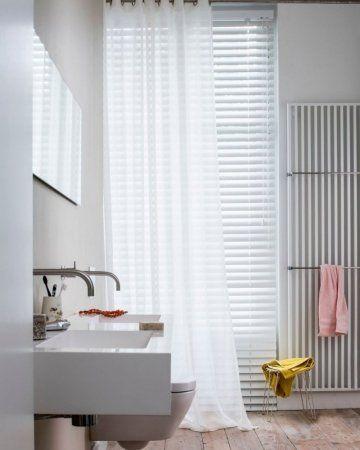 Raamdecoratie in de badkamer