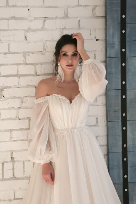 Elegant Sweetheart Chiffon Wedding Dress with 3/4 Off-shoulder Sleeves