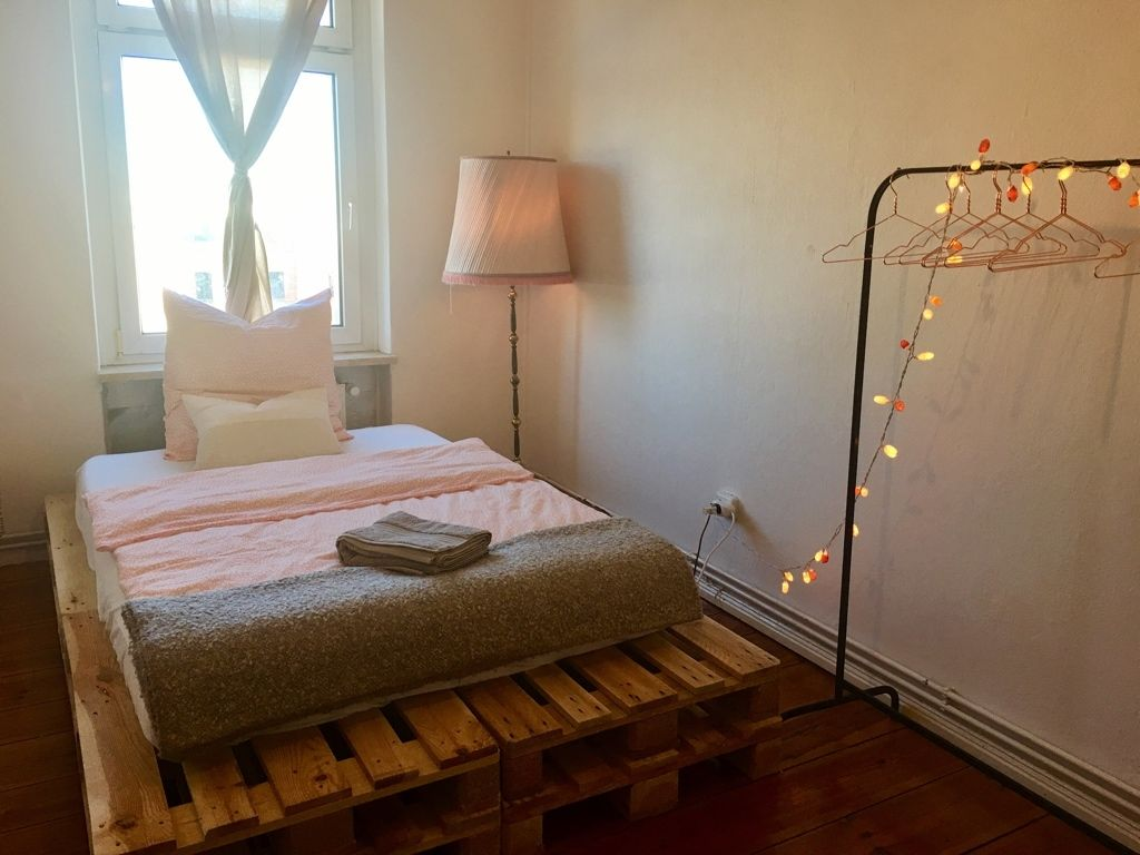 schlichte idee zur wg zimmer einrichtung selbstgebautes palettenbett und lichterkette ber der. Black Bedroom Furniture Sets. Home Design Ideas