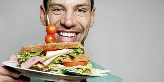 FORNØYD: Hjemmelagde brød smaker best og du vet hva du får i deg, mener treningsekspert Yngvar Andersen.